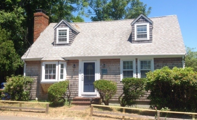 Vineyard Haven- Cape Home Conveniently Located To Downtown, Ferry & Beaches