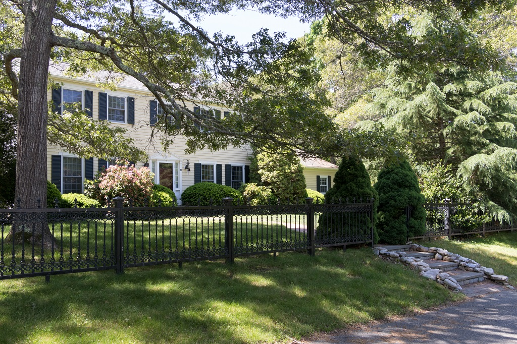 Classic 4BR Colonial Home- 4/10 Mile to Ellis Beach