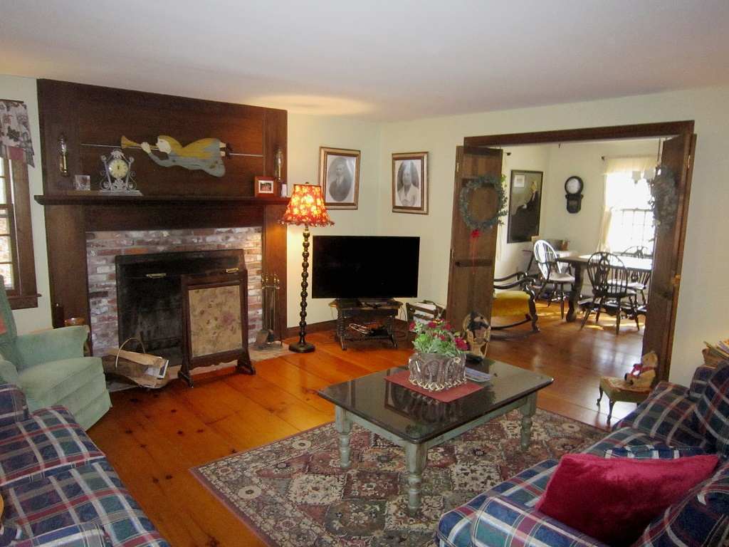 Inviting 3BR Colonial Home Close to Town