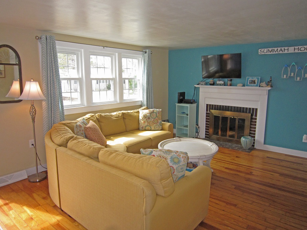 Cape Cod Charming - Bright & Spacious, A/C, Minutes to Long Pond