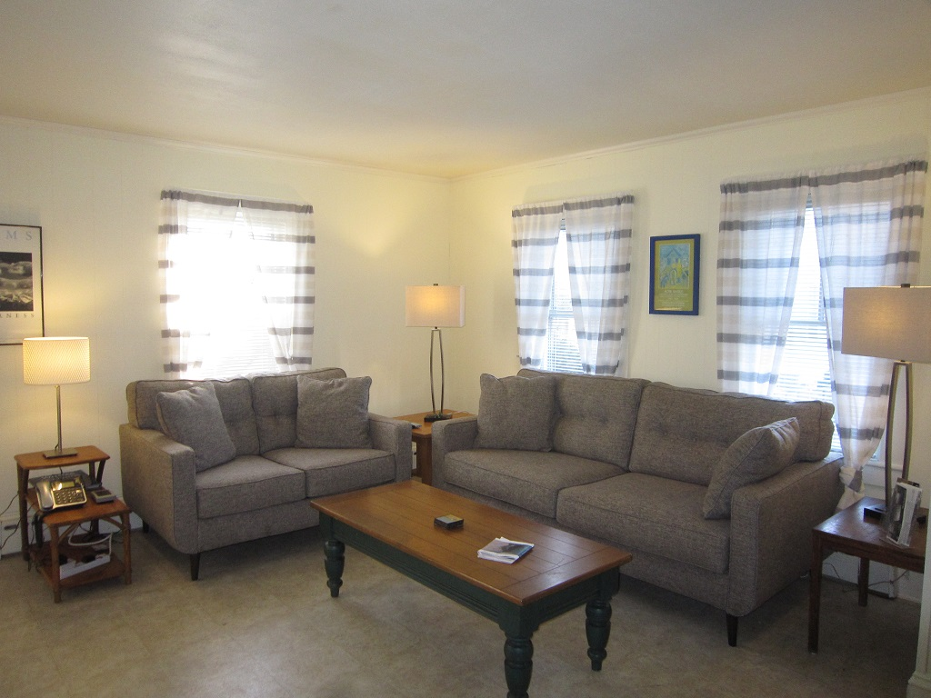 2 BR East End Unit - Walk to Town & Beach!
